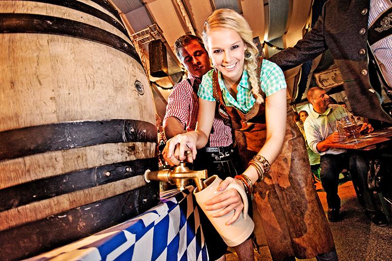 Herzlich willkommen auf der Züri-Wiesn – Unser Oktoberfest im Hauptbahnhof. Vom 26. September bis 13. Oktober 2012 heisst es bereits zum sechsten Mal: «Die Gläser hoch»! Bierzelt, Biergarten und Lunapark laden zur blau-weissen Wiesn-Gaudi ein.